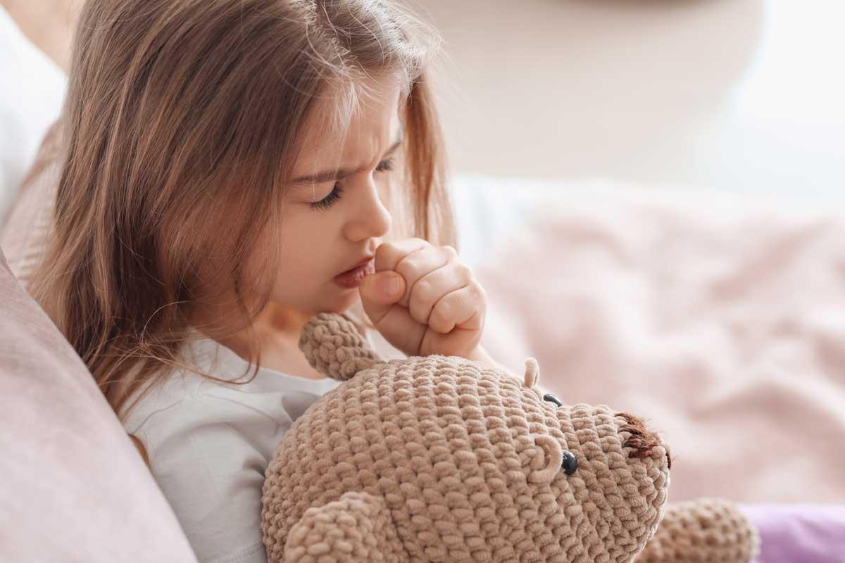 Mädchen mit Halsschmerzen